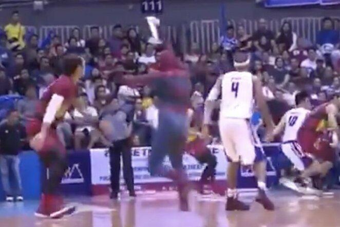 """""""Žmogaus voro"""" įsiveržimas Filipinų lygos finale   """"Stop"""" kadras"""