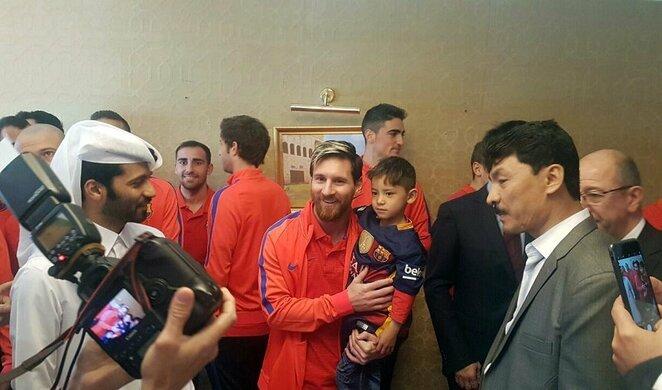Lionelis Messi su mažuoju gerbėju   Scanpix nuotr.