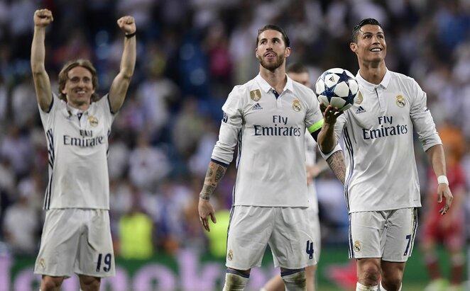 Sergio Ramosas (centre) ir Cristiano Ronaldo (deš.) | Scanpix nuotr.