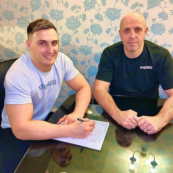 Modestas Bukauskas ir Gintas Bukauskas pasirašo sutartį su UFC   asmeninio archyvo nuotr.