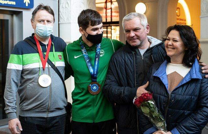 Kristupas Šleiva su treneriu Vladimiras Audickas ir tėveliais l Manto Stankevičiaus nuotr.